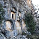 Ещё одна древняя гробница, но уже в скале